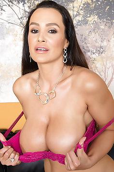 pretty MILF Lisa Ann