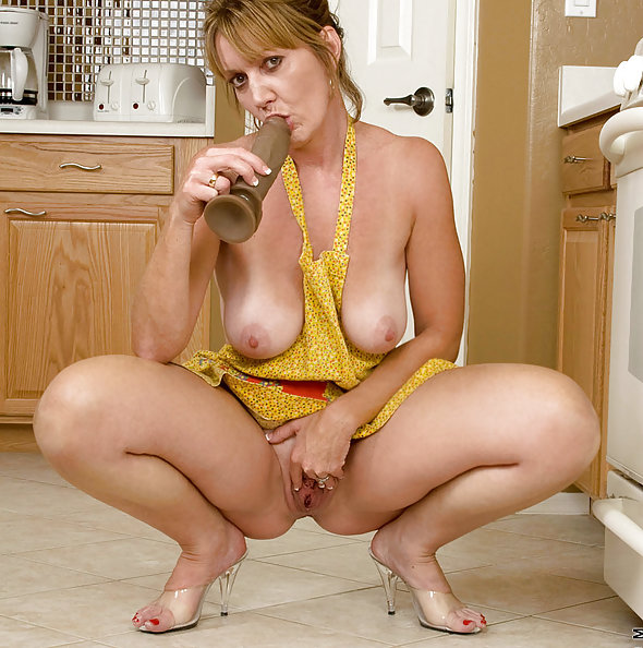 Horny Housewife Samantha Stone