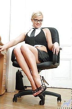 Lucie Haluzikova Working On her Pussy