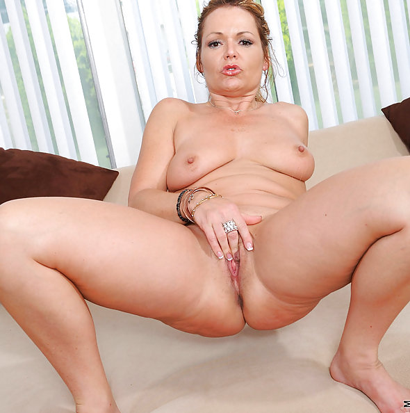 Kelly Leigh Fingers Her MILF Pussy